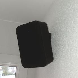 Haut-parleur Bluesound Flex fixé au mur comme surround